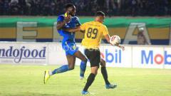 Indosport - Striker Persib Bandung, Geoffrey Castillion diadang pemain Barito Putera, Cassio Francisco saat pertandingan uji coba di Stadion Si Jalak Harupat, Kabupaten Bandung, Selasa (11/02/2020).