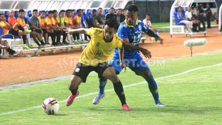 Pemain Persib Bandung, Ardi Idrus mencoba merebut bola yang dikuasai pemain Barito Putera, Ambrizal Umanailo saat pertandingan uji coba di Stadion Si Jalak Harupat, Kabupaten Bandung, Selasa (11/02/2020). - INDOSPORT