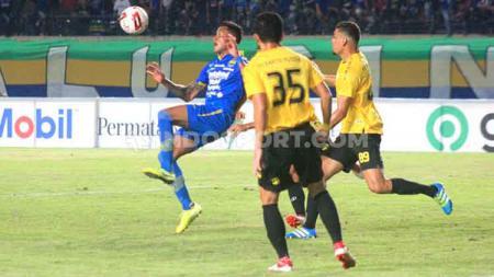 Pemain anyar Persib Bandung, Wander Luiz mencoba menahan bola saat pertandingan uji coba menghadapi Barito Putera di Stadion Si Jalak Harupat, Kabupaten Bandung, Selasa (11/02/2020). - INDOSPORT