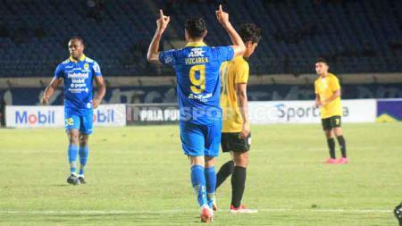 Gelandang Persib Bandung, Esteban Vizcarra merayakan golnya ke gawang Barito Putera saat pertandingan uji coba di Stadion Si Jalak Harupat, Kabupaten Bandung, Selasa (11/02/2020). - INDOSPORT