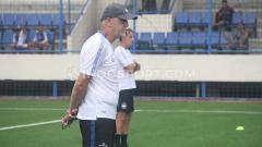Indosport - Dragan Djukanovic selaku pelatih kepala klub Liga 1 PSIS Semarang memilih tetap berada di Kota Semarang walaupun timnya diliburkan selama dua pekan.