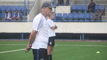 Pelatih PSIS Semarang, Dragan Djukanovic, tak menampik bahwa ia tertarik mendatangkan tiga pemain berpengalaman di Indonesia untuk memperkuat Laskar Mahesa Jenar di Liga 1 2020. - INDOSPORT