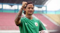 Indosport - PSS Sleman memperkenalkan pemain baru, Irfan Bachdim, kepada media menjelang kick-off Liga 1 2020.