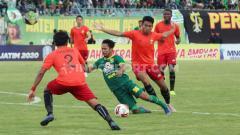 Indosport - Pertandingan Piala Gubernur Jatim 2020 antara dua tim favorit Liga 1 2020, Persebaya vs Bhayangkara FC.