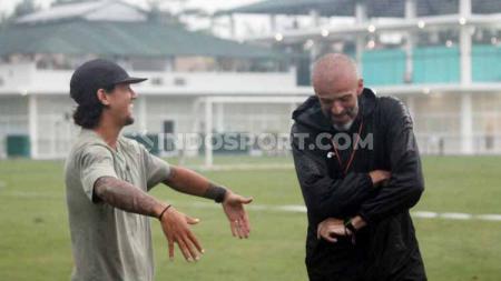 Pemain PSS Sleman, Irfan Bachdim, mengaku sedih dengan mundurnya Eduardo Perez sebagai pelatih. - INDOSPORT