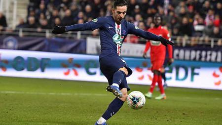 Pemain Paris Saint-Germain saat sedang melindungi bola dari rebutan pemain Dijon. - INDOSPORT