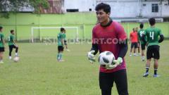 Indosport - Kiper muda PSMS Medan, Adi Satryo.