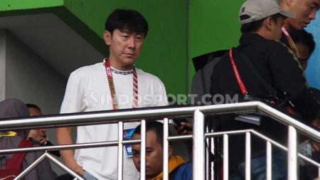 Pelatih Timnas Indonesia Shin Tae Yong saat berkunjung ke Stadion Gelora, Bangkalan, Madura. Rabu (12/2/20). - INDOSPORT