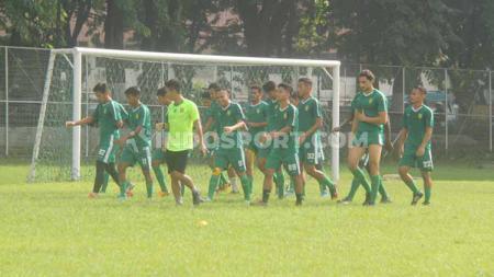 Jelang laga terakhir fase grup A Piala Gubernur Jatim 2020 lawan Madura United, Persebaya latihan ringan di Lapangan Sier, Surabaya, Kamis (13/02/20). - INDOSPORT