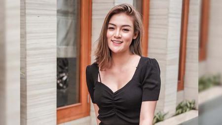 Aktris cantik, Sylvia Genpati sudah mahir menunjukkan gerakan sulit ketika melakukan pole dance, meski baru belajar sekitar lima bulan. - INDOSPORT