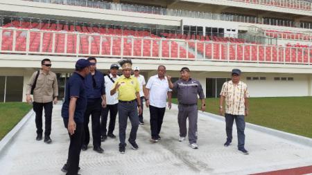Menpora RI, Zainudin Amali (Kaos Kuning) saat meninjau Stadion Papua Bangkit yang akan diguakan untuk PON XX Papua. - INDOSPORT