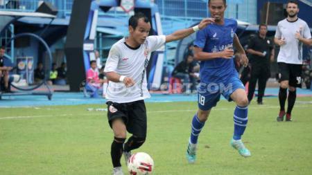 Winger Persija Jakarta, Riko Simanjuntak, berhasil membuat malu pemain Persela Lamongan dan Sabah FA karena aksi kolongnya. - INDOSPORT