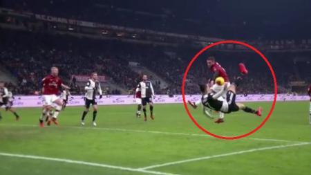 Handsball Calabria yang berujung penalti di laga Coppa Italia AC Milan vs Juventus, Jumat (14/02/20). - INDOSPORT