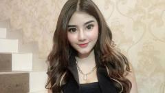 Indosport - WAGs Persib Bandung yang adalah kekasih Gian Zola, Ghea Youbi, terlihat asyik dan gemulai saat melakukan goyang 'Mama Muda'.