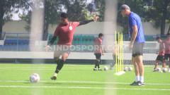 Indosport - Dragan Djukanovic (kanan) saat memimpin para pemain PSIS Semarang melakukan latihan shooting.