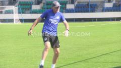 Indosport - Pelatih klub Liga 1 PSIS Semarang, Dragan Djukanovic saat ini tetap berada di Kota Semarang walaupun timnya diliburkan sejak 23 Maret 2020 lalu.