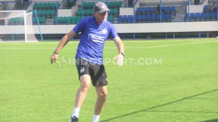 Dragan Djukanovic saat memimpin para pemain PSIS Semarang melakukan latihan shooting. - INDOSPORT