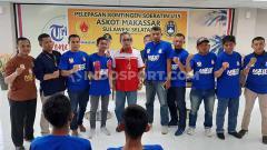 Indosport - Simbolis pemberian sepatu bola kepada salah satu pemain Tim Sepakbola U-15 Makassar yang akan mewakili Provinsi Sulsel pada Putaran Final Piala Soeratin U-15 2020 di Kabupaten Bantul, Yogyakarta, pada 16-29 Februari 2020.