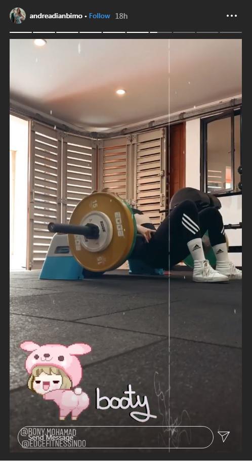 Selebriti Andrea Dian tengah melatih otot bokong. Copyright: Instagram/@andreadianbimo