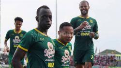 Selebrasi pemain Persebaya Surabaya, Makan Konate usai mencetak gol kedua ke gawang Madura United pada laga Piala Gubernur Jatim, Jumat (14/02/2020).