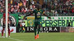 Indosport - Selebrasi pemain Persebaya Surabaya, Makan Konate usai mencetak gol kedua ke gawang Madura United pada laga Piala Gubernur Jatim, Jumat (14/02/2020).