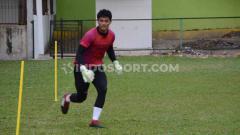 Indosport - Kiper muda PSMS Medan, Muhammad Adi Satrio, berlatih menjelang kick-off Liga 2 2020.