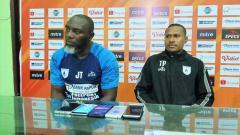 Indosport - Pelatih Persipura, Jacksen Tiago bersama Yustinus Pae.