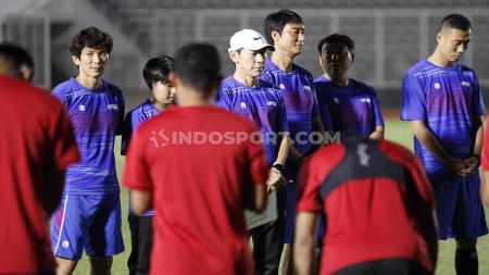 Sebelum memulai latihan, Shin Tae-yong dan para pemain Timnas Indonesia menggelar doa bersama. - INDOSPORT