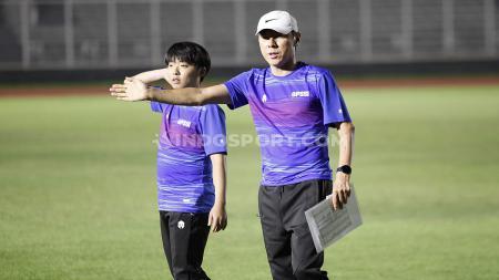 Laga Timnas Indonesia di Kualifikasi Piala Dunia 2022 ditunda membuat media asing semakin tidak sabar melihat aksi Shin Tae-yong di pertandingan resmi. - INDOSPORT