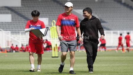 Pelatih Timnas Indonesia, Shin Tae-yong memberikan pesan penting yang wajib dilakukan para pemain usai dipulangkan dari pemusatan latihan. - INDOSPORT