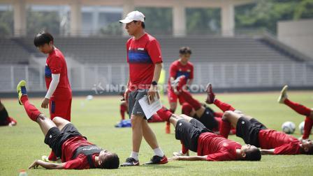 Shin Tae-yong dibantu para asistennya memantau langsung jalannya latihan Timnas Indonesia di Stadion Madya.