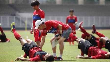Shin Tae-yong membantu mengarahkan gerakan latihan kepada para pemain Timnas Indonesia.