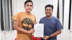 Indosport - Manajer Sulut United, Muhammad Ridho (kanan), bersama I Made Wirahadi yang merupakan rekrutan anyar sebelum Liga 2 2020 dimulai.