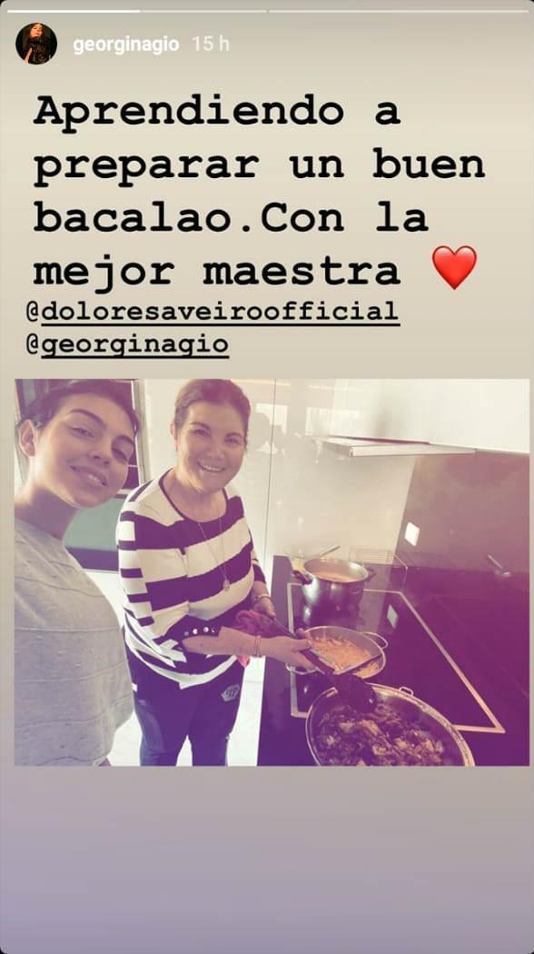 Georgina Rodriguez memasak bareng ibu Cristiano Ronaldo. Copyright: Instagram/Georgina Rodriguez