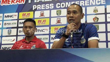 Playmaker Sabah FA, Alto Linus (kiri) mengaku belum puas dengan performa rekan setimnya dalam Piala Gubernur Jatim 2020 setelah diimbangi Persela Lamongan. - INDOSPORT