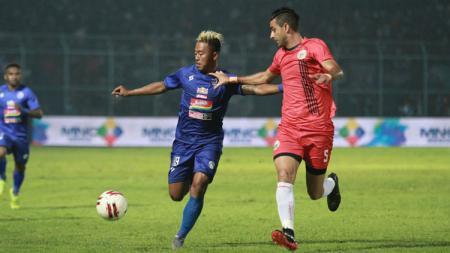 Kushedya Hari Yudo (kiri) berduel dengan Otavio Dutra (kanan) dalam laga Arema FC vs Persija Jakarta di Piala Gubernur Jatim 2020, Sabtu (15/02/20). - INDOSPORT
