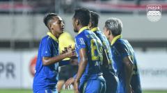 Indosport - Pelatih Persib Bandung, Robert Rene Alberts masih mencari starting XI terbaik bagi timnya, untuk mengarungi kompetisi sepak bola Liga 1 2020.