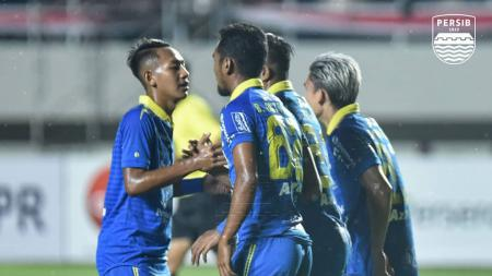 Skuad Persib Bandung merayakan gol ke gawang Persis Solo dalam laga uji coba di Stadion Manahan, Sabtu (15/02/20). - INDOSPORT