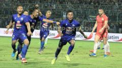 Indosport - Selebrasi gol kapten Arema FC, Johan Ahmad Farizi. ke gawang Persija Jakarta di Piala Gubernur Jatim 2020.