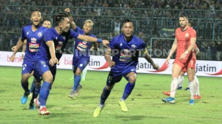 Selebrasi gol Johan Ahmad Farizi ke gawang Persija di Piala Gubernur Jatim 2020. - INDOSPORT