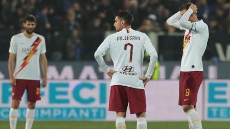 Ekspresi pemain AS Roma saat timnya kalah dari Atalanta di pekan ke-24 Serie A Liga Italia 2019/20, Minggu (16/02/20). - INDOSPORT