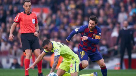 Lionel Messi (kanan) saat membuat Mauro Arambarri bertekuk lutut di atas lapangan. - INDOSPORT