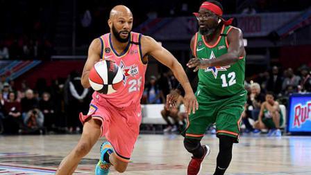 Rapper ternama AS, Common (kiri) bermain untuk Tim Wilbon mencoba untuk melewati aktor AS,  Lil Rel Howery dari tim Smith di NBA All Star Celebrity Game