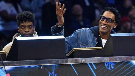 Pemeran film Black Panther, Chadwick Boseman (kiri) hadir sebagai juri duduk bersama legenda NBA dari tim Chicago Bulls, Scottie Pippen