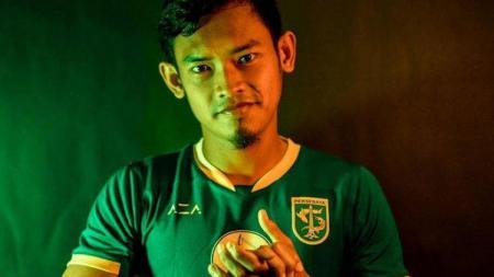 Pemain Persebaya Surabaya, Bayu Nugroho melakukan latihan mandiri di rumah selama kompetisi Liga 1 berhenti. Latihan yang dilakukan mantan pemain PSIS Semarang itu terus meningkat setiap harinya. - INDOSPORT
