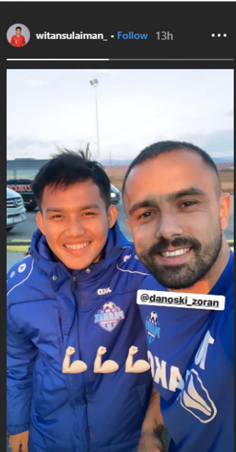 Witan Sulaeman tiba di markas klub kasta tertinggi Liga Serbia, Radnik Surdulica, dan disambut mantan pemain Inter Zapresic, Zoran Danoski. Copyright: Instagram/witansulaiman_