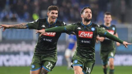 Selebrasi Dries Martens usai mencetak gol di pekan ke-24 Liga Italia Cagliari vs Napoli, Senin (17/02/20). - INDOSPORT