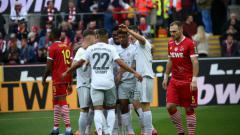 Indosport - Selebrasi para pemain Bayern Munchen usai cetak gol ke gawang FC Koln.