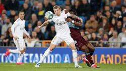 Toni Kroos saat melindungi bola dari rebutan pemain Celta Vigo.