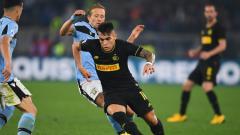Indosport - Lautaro Martinez saat ingin menghindari pemain Lazio.